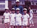 小学校2年生の頃、前列一番左が龍です。